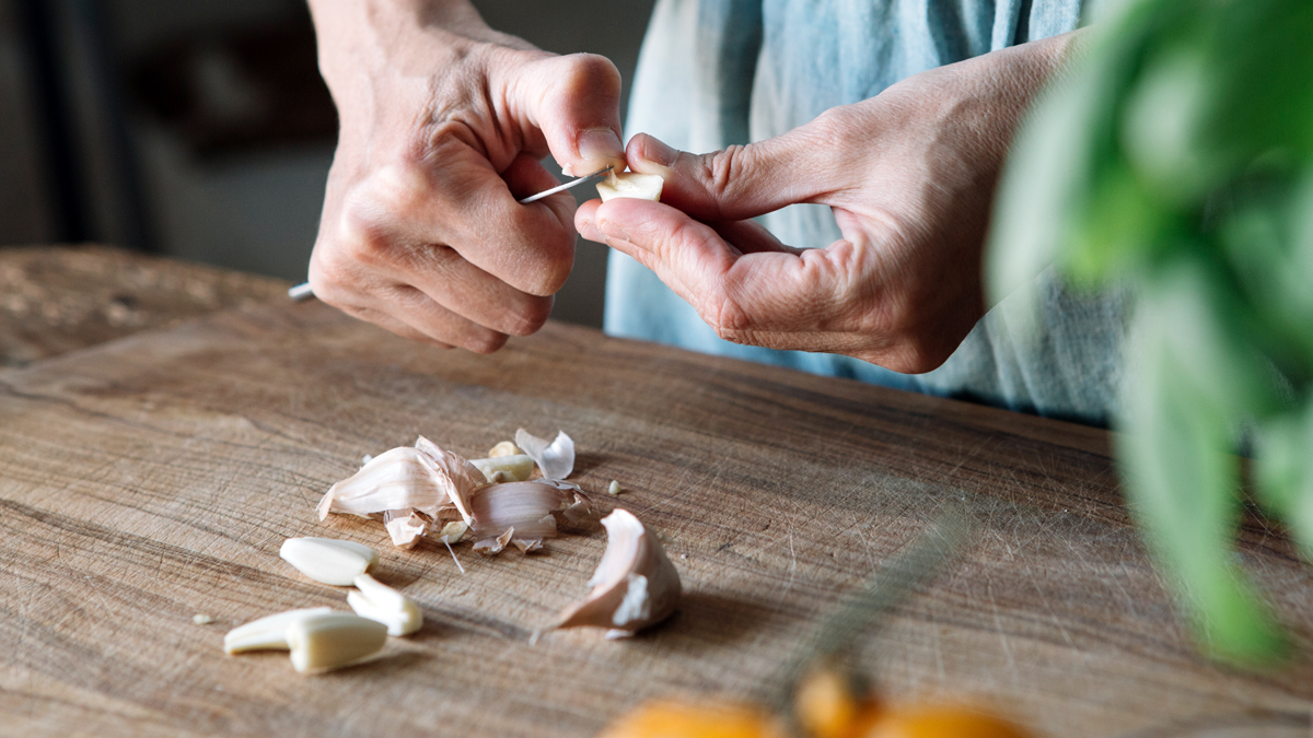 This 1-Minute Trick Will Make Peeling Garlic Cloves a Total Breeze