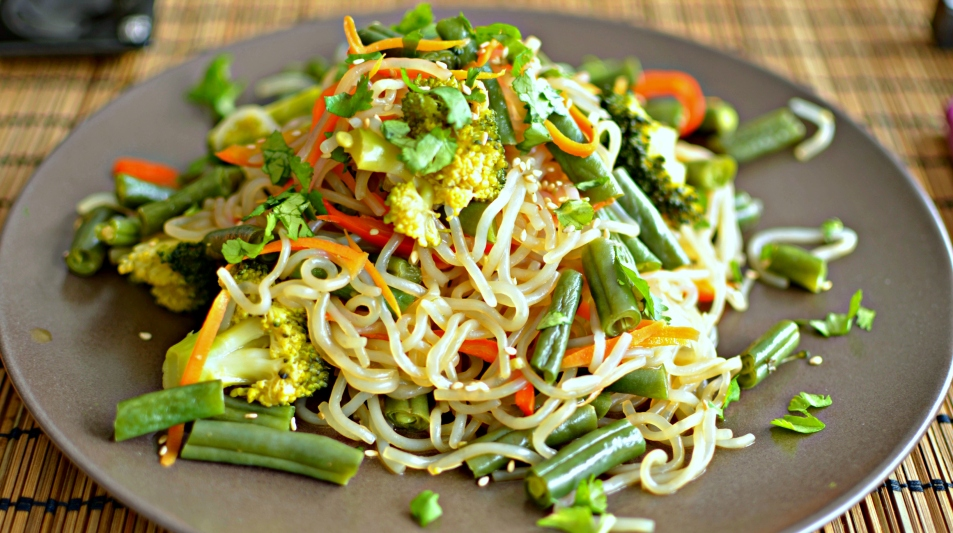 Shirataki noodles and vegetables stir fry