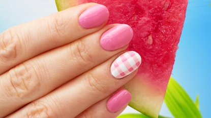 Gingham accent nails main photo