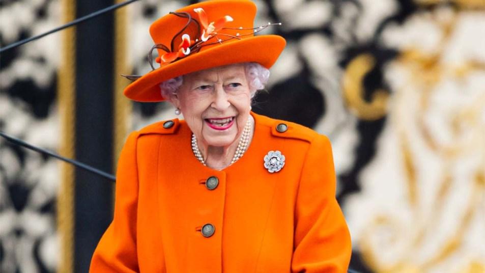 Queen Elizabeth Returns to Buckingham Palace image